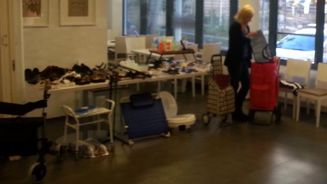 Pienapuvälineitä myynnissä palvelukeskuksen aulassa