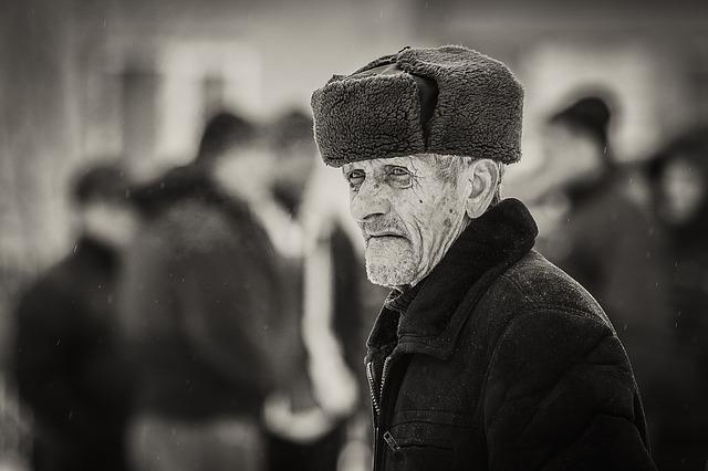 Vanha mies ulkona karvahattu päässä
