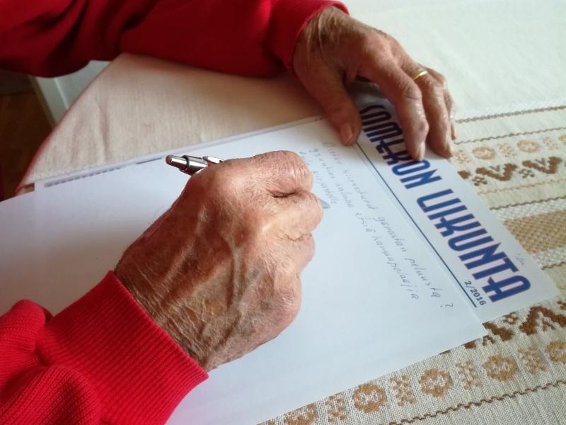 93-vuotiaan pappani kädessä kynä, jolla hän kirjoittaa pelikaverin hakuilmoitusta