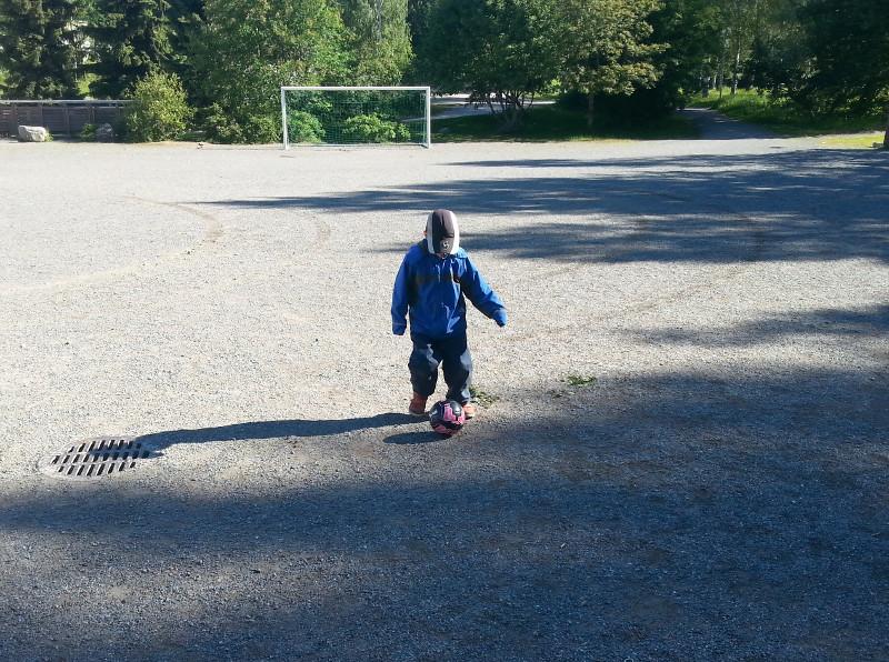 Poikani kanssa potkimassa jalkapalloa
