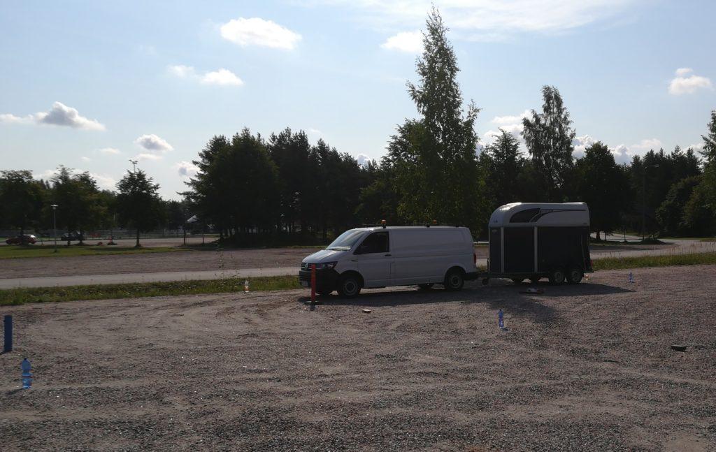 BE-kalustolla (VW Transporter ja kaksitelinen hevostraileri) treenausta